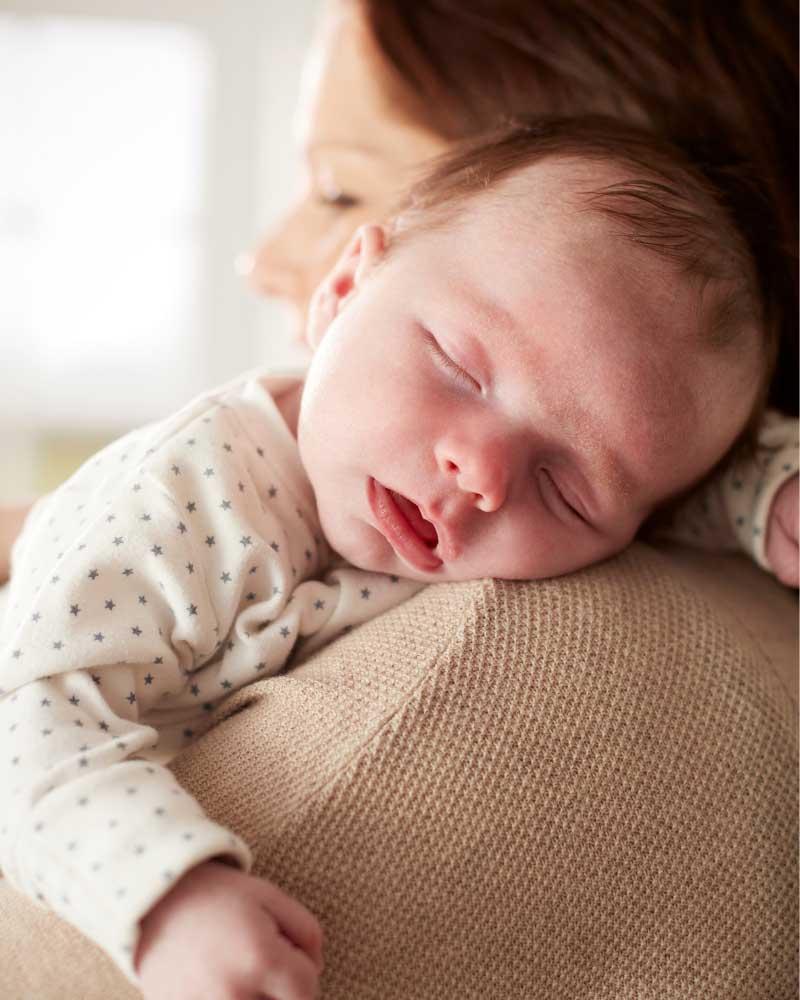 nošenje bebe na ramenu