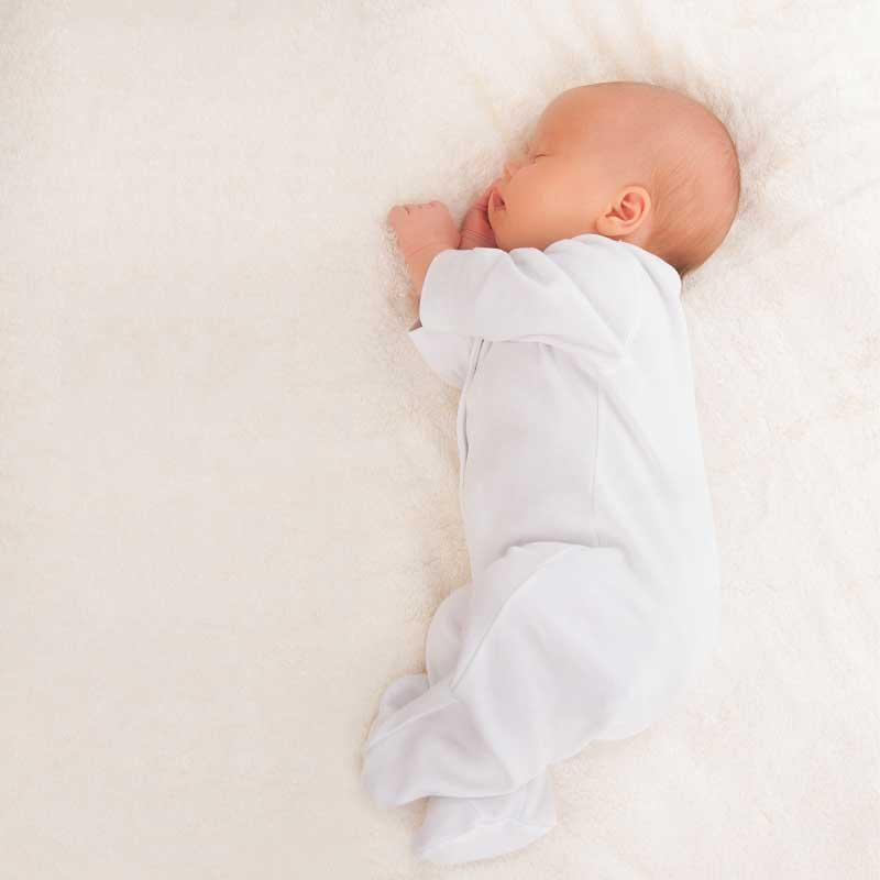 spavanje bebe na boku