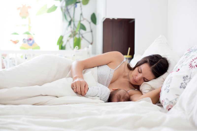 ležeći položaj za dojenje bebe