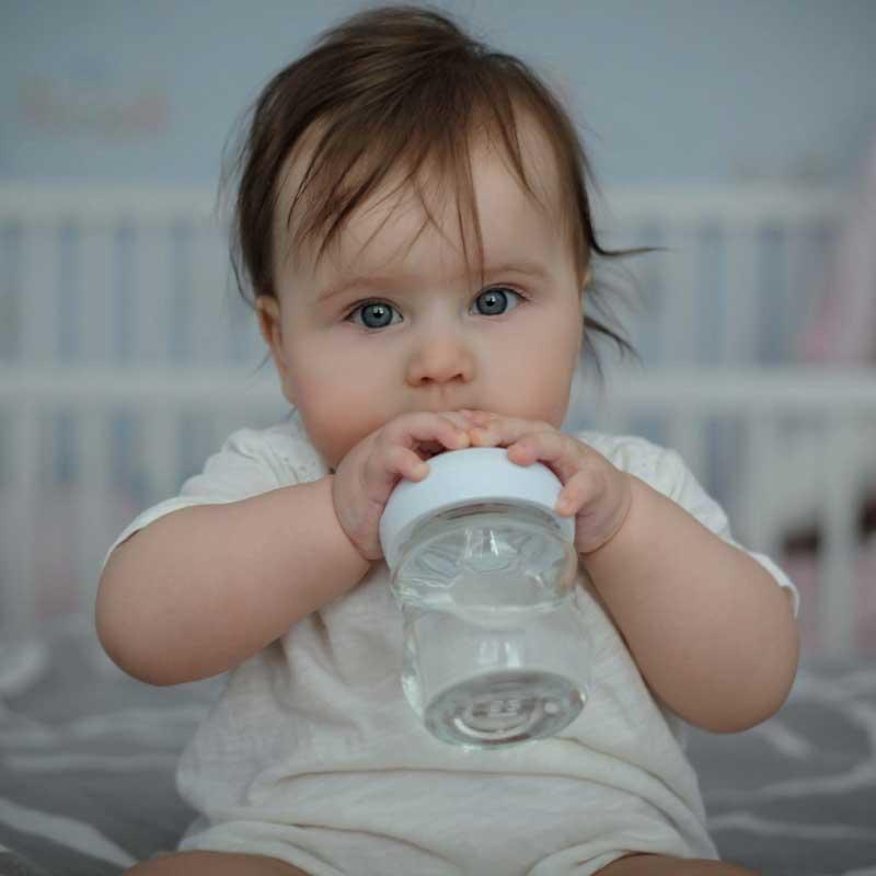 beba pije vodu