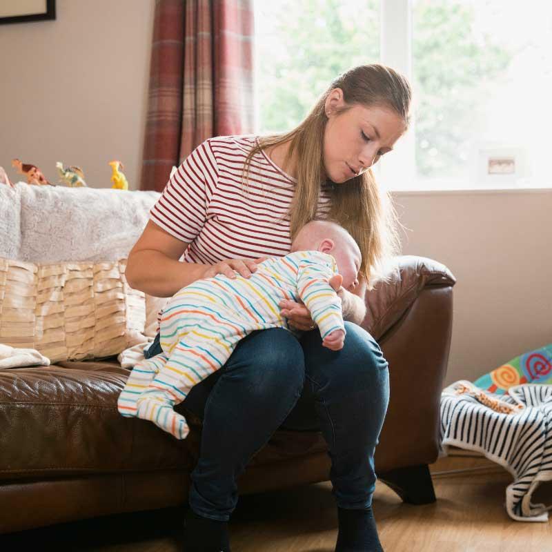 podrigivanje bebe preko kolena