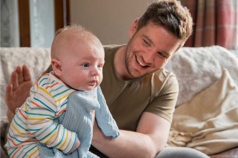podrigivanje bebe u sedećem položaju